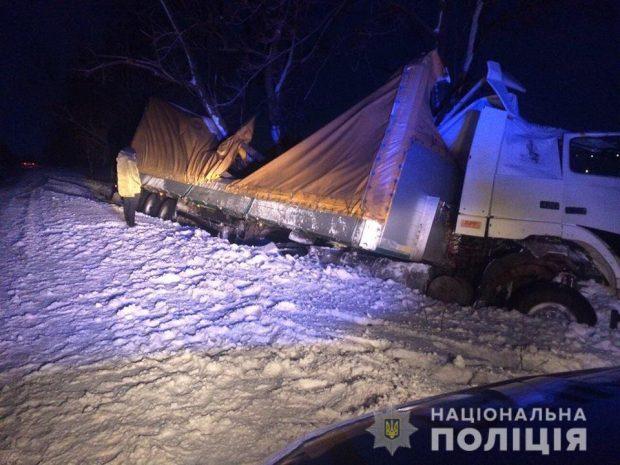 В Харьковской области водитель грузовика не справился с управлением и вылетел в кювет