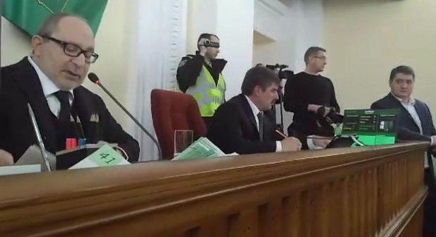 На сессии горсовета произошла словесная перепалка между активистами и Кернесом