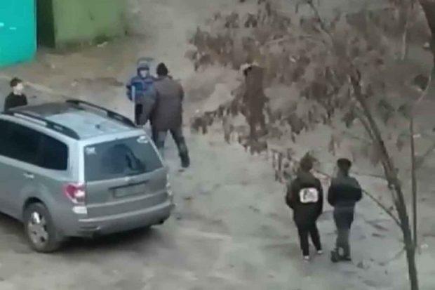 В Харькове школьники избили мужчину: полиция установила личности трех нападавших