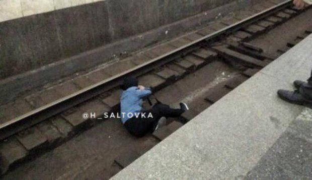 В харьковском метрополитене пьяный мужчина упал на рельсы