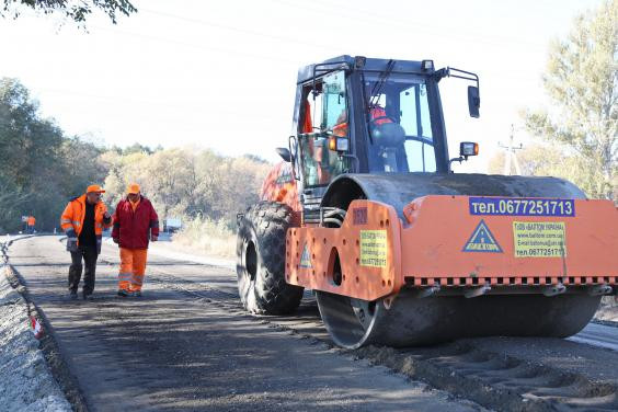 В Харьковской области на дорогах государственного значения работают 25 бригад ремонтников