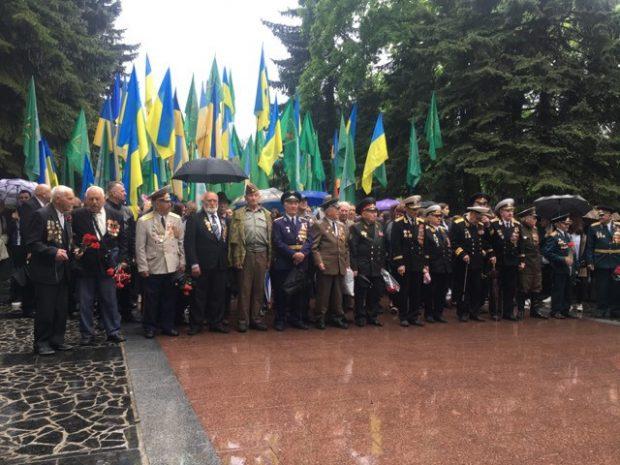 Харьковчане возложили цветы на Мемориале Славы