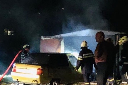 В Харькове из-за поджога мусора загорелись гаражи и автомобиль