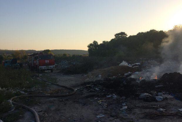 Под Харьковом спасатели пять часов тушили свалку