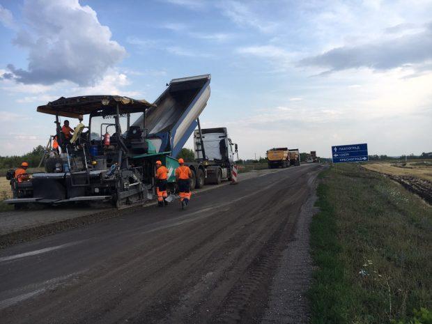 Ежедневно в Харьковской области укладывают около 500 тонн асфальтобетона