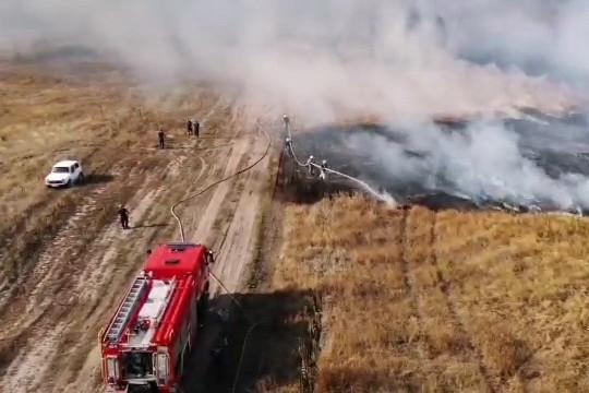 На поле под Харьковом горит торф