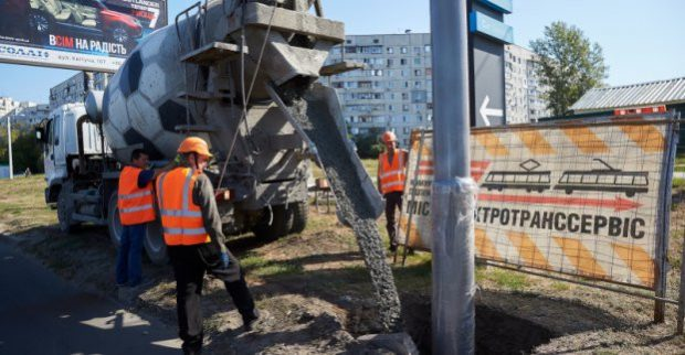По улице Академика Павлова устанавливают опоры для новой троллейбусной линии