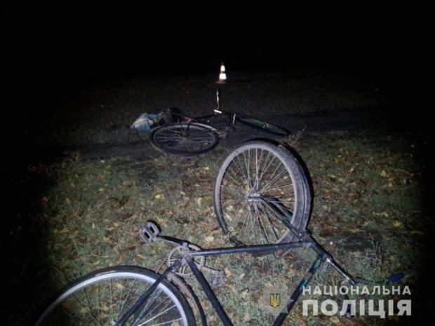 На Харьковщине автомобиль совершил наезд на двух велосипедистов
