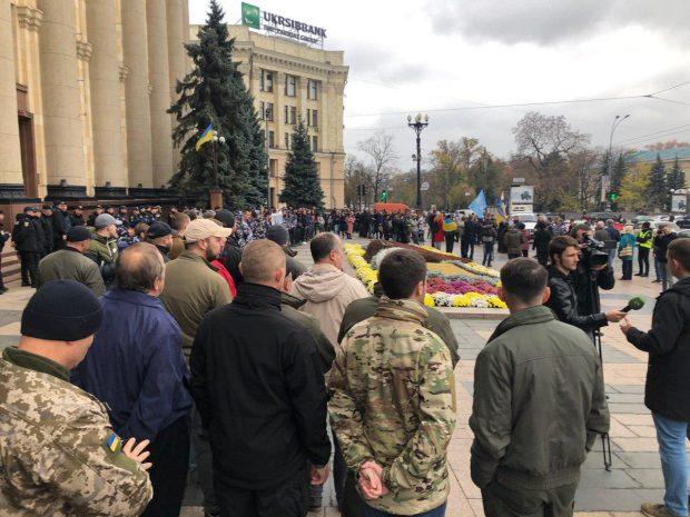 25 октября под зданием ОГА харьковчане требовали от Президента встречи с региональными представителями Штабов сопротивления капитуляции со всей Украины.