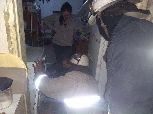 Под Харьковом спасатели освободили ребенка, который застрял в стиральной машине