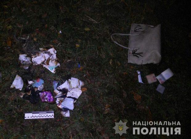 В Харькове мужчина у метро ограбил женщину