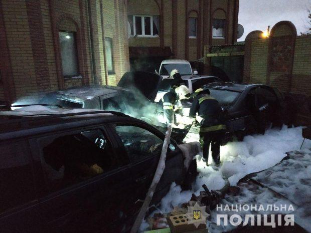 В Харькове во дворе частного дома сгорели три автомобиля