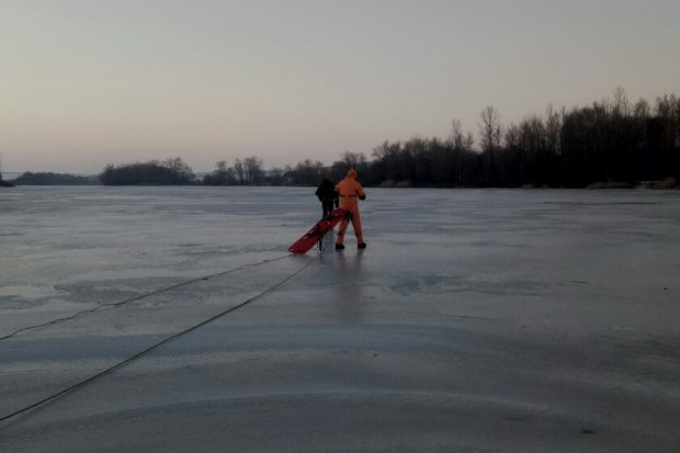 Под Харьковом мужчина, чтобы сократить путь, решил идти через замерший пруд: провалился и утонул
