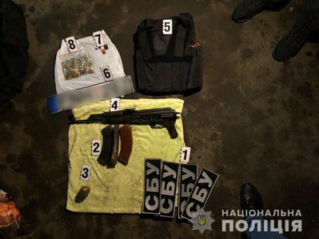 В Харькове полицейские обнаружили оружие и боеприпасы в группы мужчин