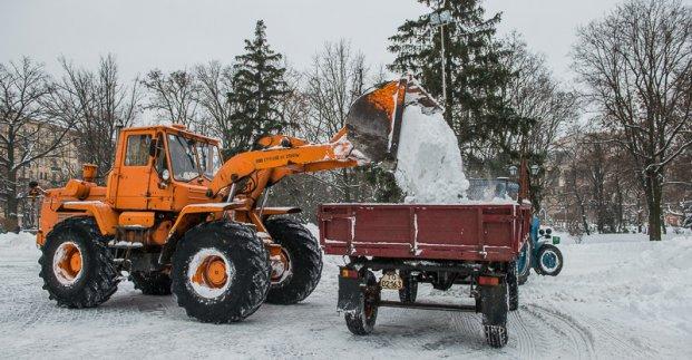 В Харькове парки и скверы от снега очищают более 450 коммунальщиков